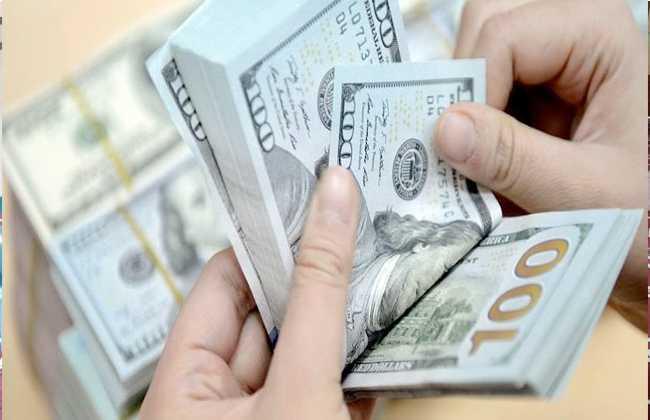 شاهد - مصري يلقي بالنقود على المارة