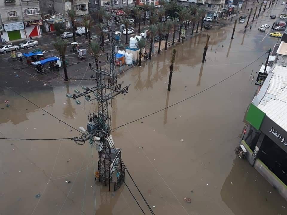 بالصور : المنخفض الجوي يخلف فيضانات واسعة في قطاع غزة