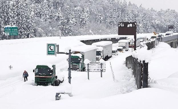 آلاف اليابانيين عالقون منذ يومين في الثلوج