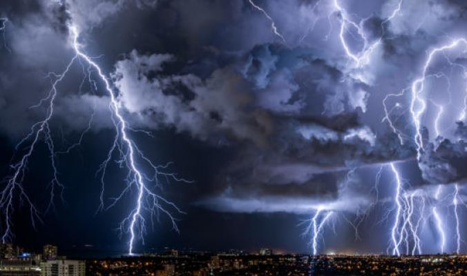 بالفيديو : عاصفة مطرية رهيبة تقتلع أعمدة الكهرباء شمال مكة