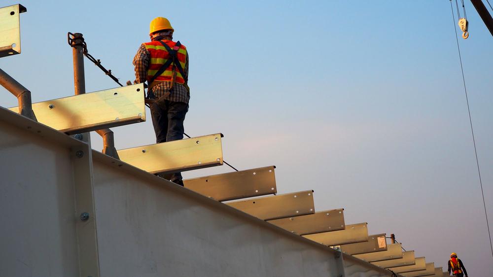 آخر ساعة  .. الحكومة الإسرائيلية تتخذ قراراً حول عمال البناء