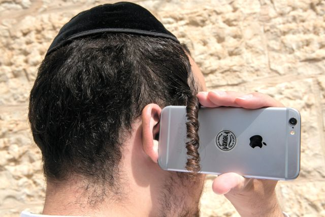 يهود يحرمون الانترنت والهواتف الذكية