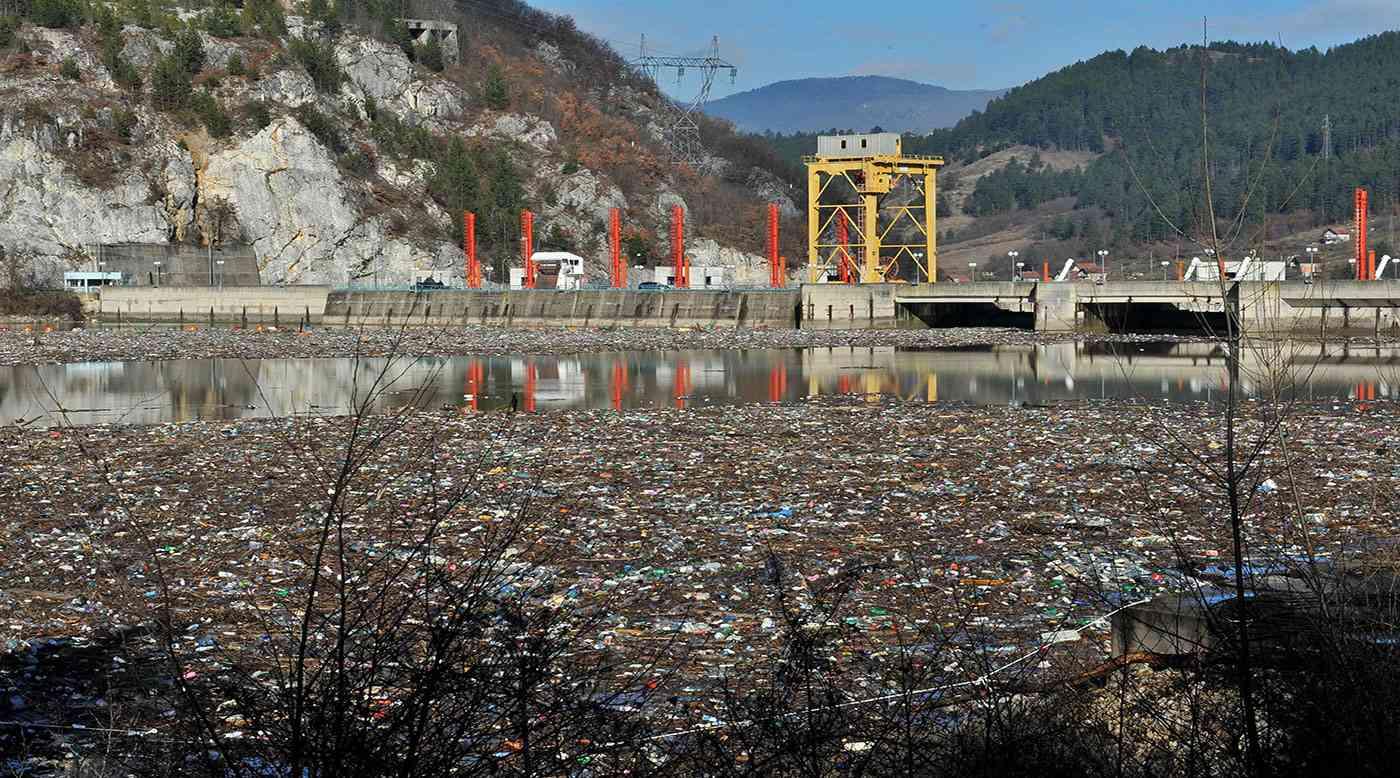 شاهد - نهر من النفايات في البوسنة