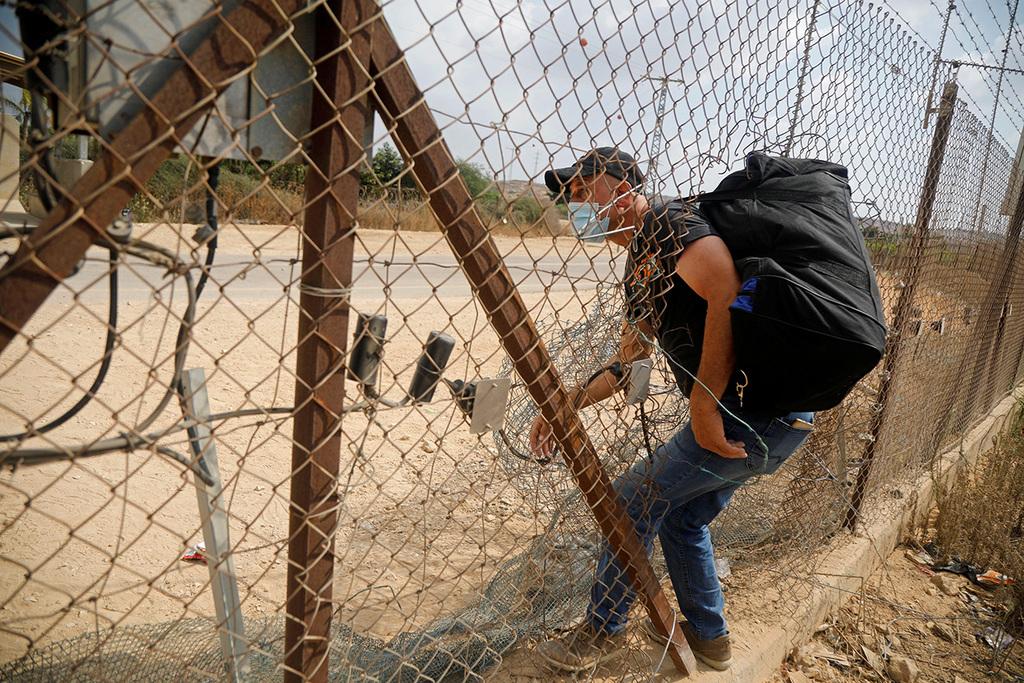 وزير إسرائيلي يدعو لإغلاق المعابر  ومنع دخول العمال