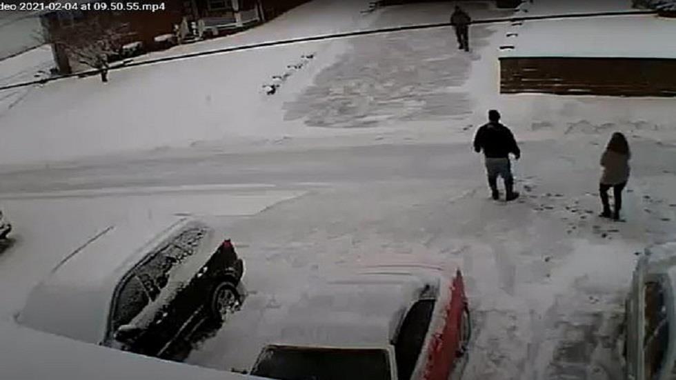 فيديو مروع : أمريكي يقتل جيرانه بسبب الثلوج