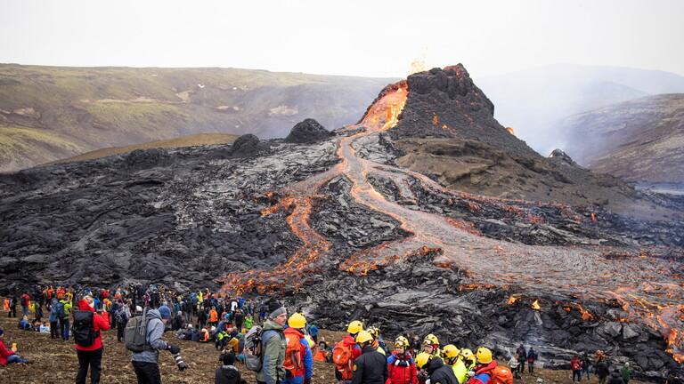 الآلاف يتوافدون لمشاهدة ثوران بركان آيسلندا