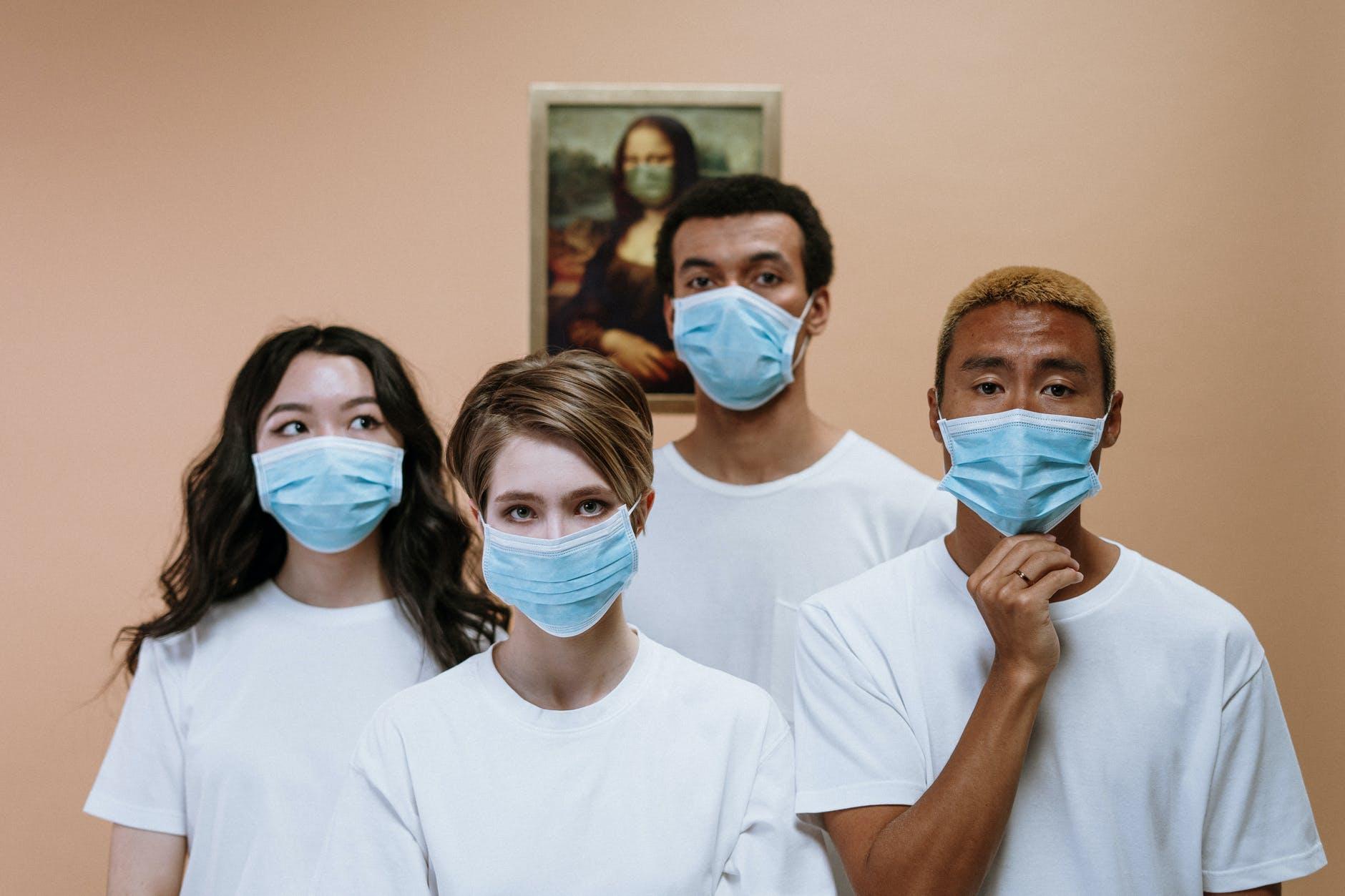 الصحة الإسرائيلية تدرس الغاء ارتداء الكمامة في الخارج