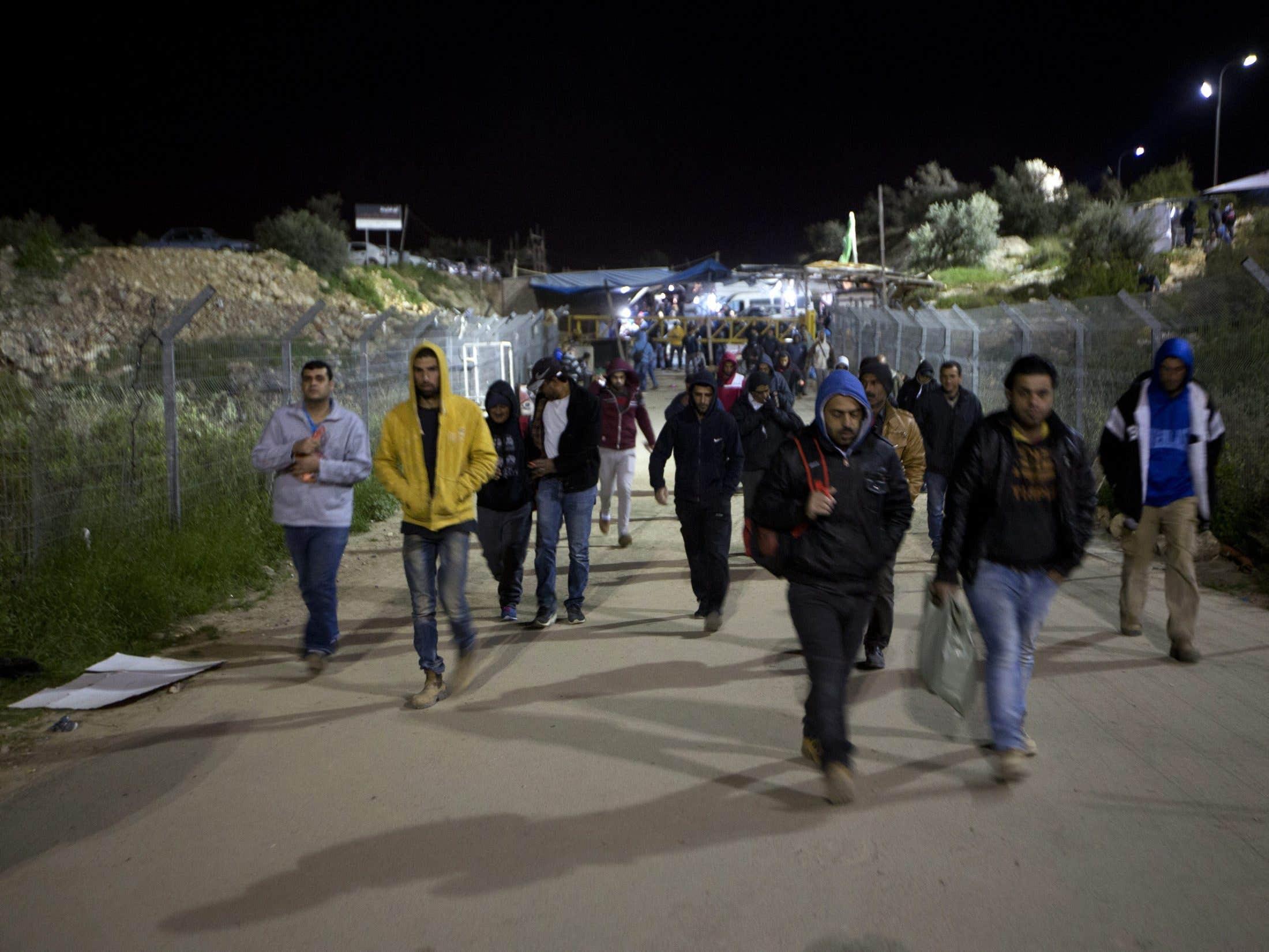 كيف سرقت اسرائيل أجور العمال الفلسطينيين على مدار سنوات ؟